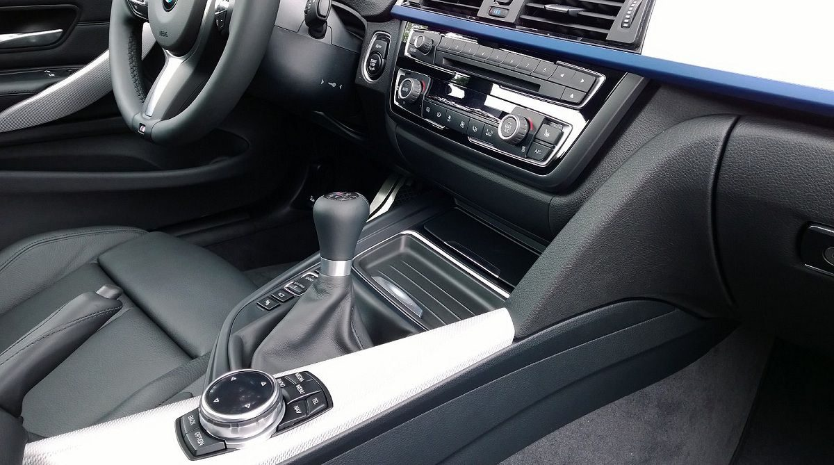 5 Common Mistakes to Avoid While Driving a Manual Transmission Car